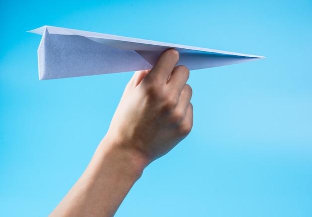 Avión de papel y cielo azul.