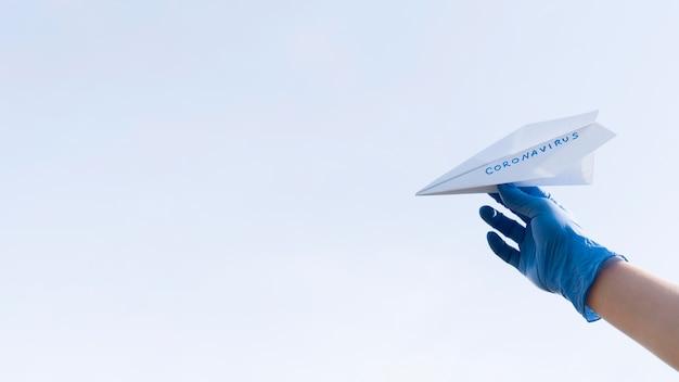 Avión de papel de espacio de copia