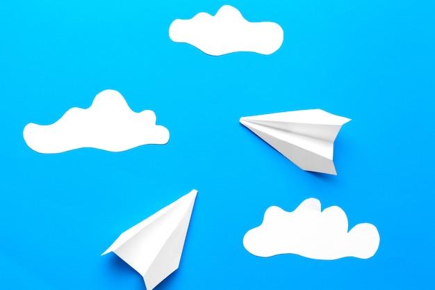 Avión de papel con nubes