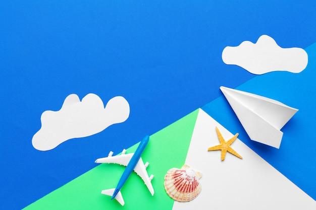 Avión de papel sobre un fondo azul con nubes