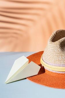 Avión de papel y sombrero de ángulo alto
