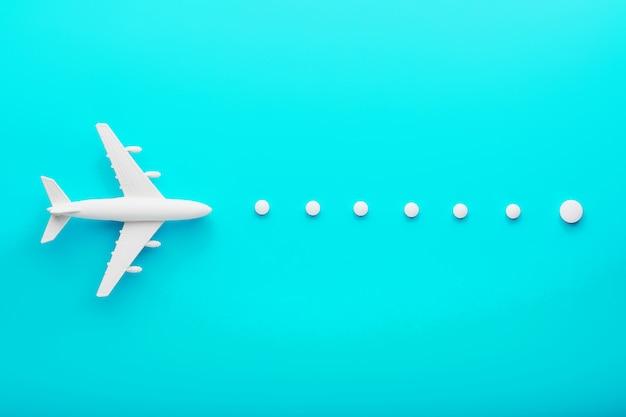 Avión de pasajeros blanco con una trayectoria de ruta desde puntos