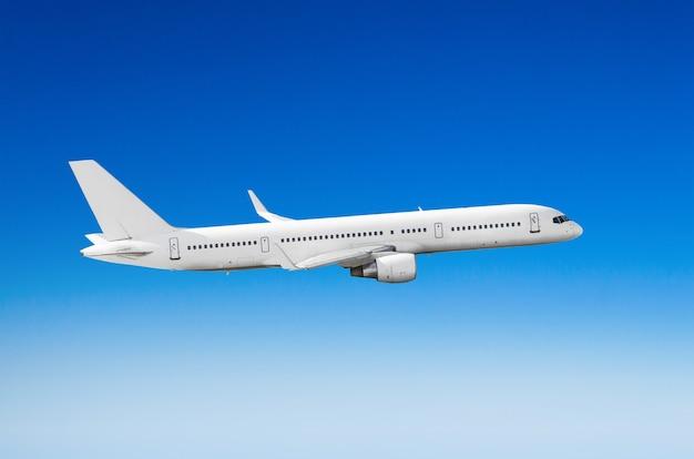 Avión de pasajeros blanco en la vista lateral, vuela en un cielo de nivel de vuelo.