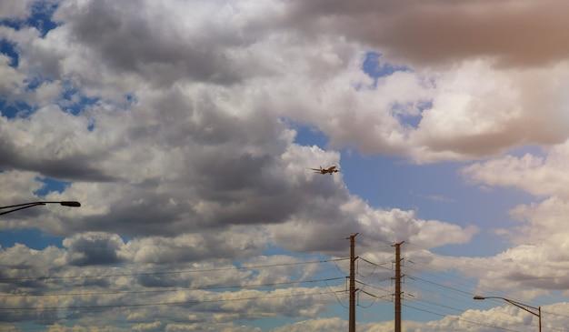 Avión de pasajeros comercial llegando al aeropuerto de aterrizaje