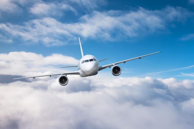 Avión de pasajeros subir altitud y bajo vuelo nublado.