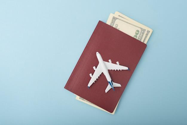Avión en la portada del pasaporte. dólares viaje . azul