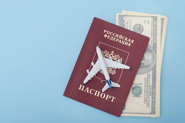 Avión en la portada de un pasaporte ruso. dólares viaje . azul