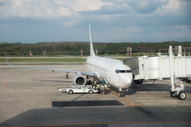 Avión en la puerta de la terminal del aeropuerto listo para el despegue. moderno aeropuerto internacional.