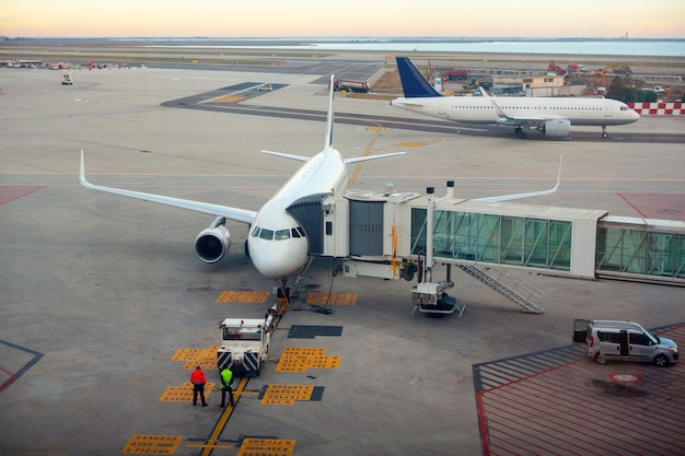 Avión en la puerta de la terminal.