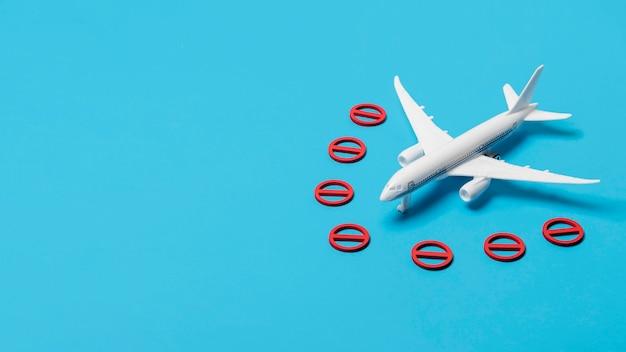 Avión sin símbolo y espacio de copia
