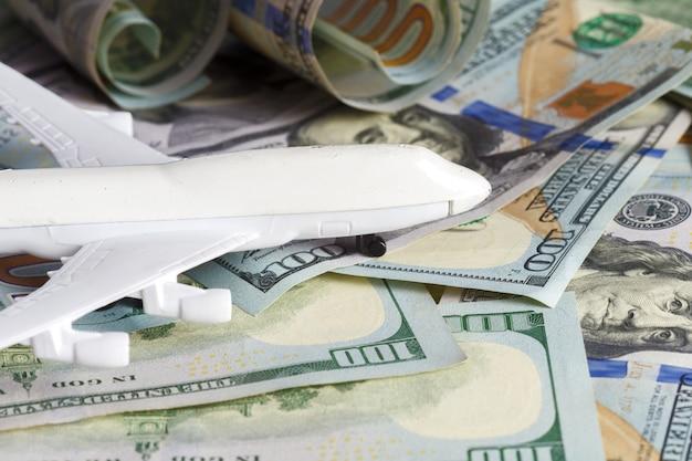 Avión sobre el dinero