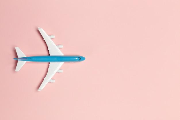 Avión sobre fondo de color