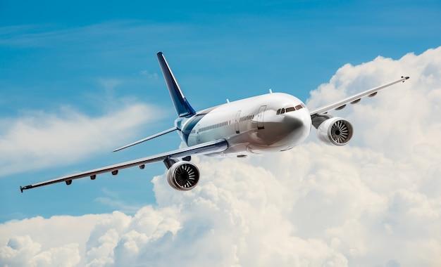 Avión para transporte volando en el cielo.