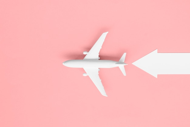 Avión de vista superior con flecha