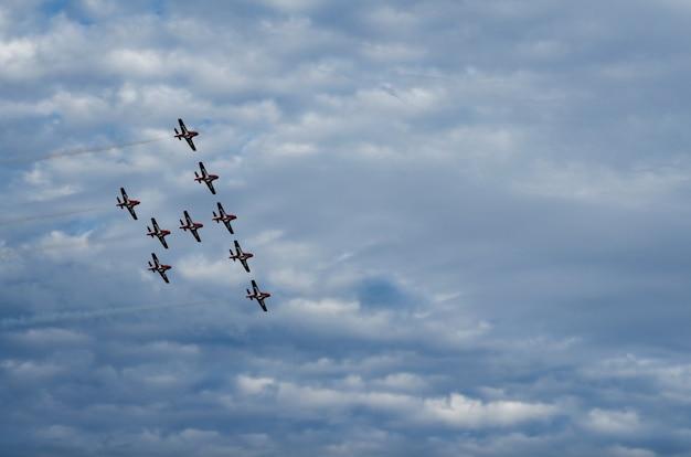 Aviones acrobáticos que realizan en el espectáculo aéreo en swift current, saskatchewan, canadá