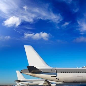 Aviones en fila bajo cielo azul