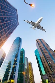 Aviones con el horizonte de shanghai del centro financiero de lujiazui