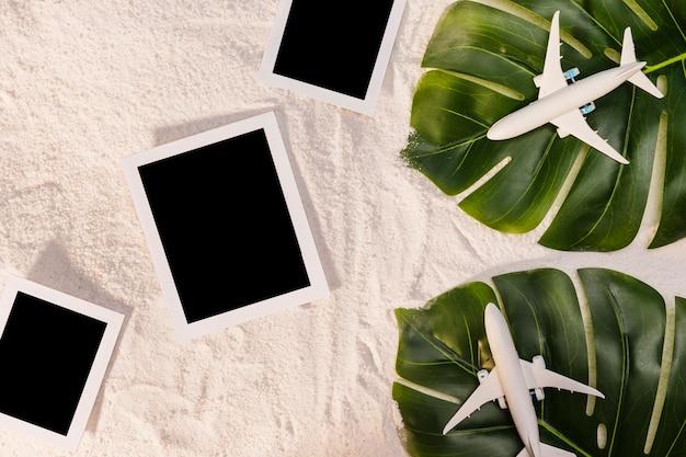 Aviones de juguete en hojas y marcos de fotos.