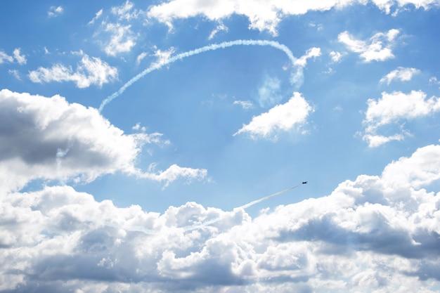 Aviones rusos en exhibición aérea haciendo figuras en el cielo, corazón en el cielo, bucle,