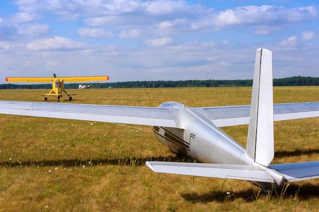 Avioneta y un avión remolcador comenzando en un aeródromo.