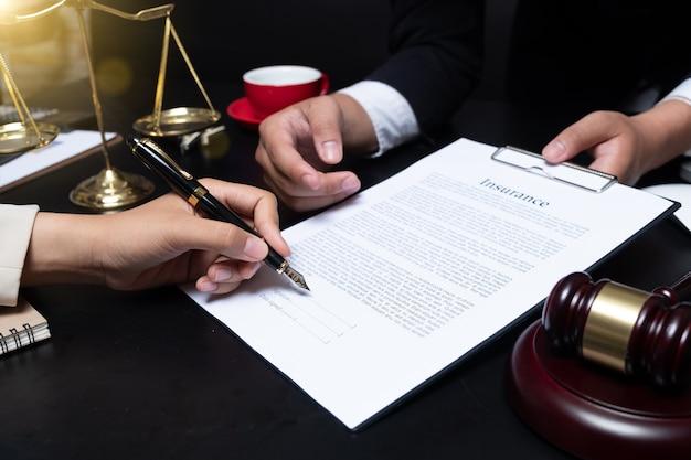 Awyer detalle de un juez sentado en su escritorio, estudiando nuevas leyes y legislación y tomando notas. enfoque selectivo.