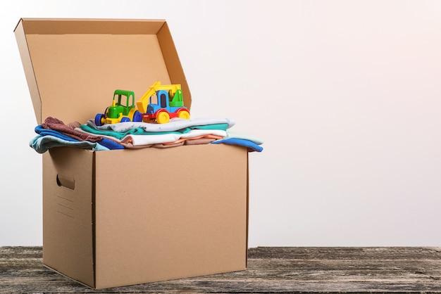 Ayuda a los pobres. caja llena de ropa y juguetes para familias pobres.