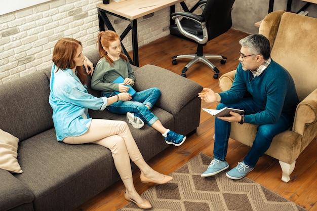 Ayuda psicológica. vista superior de personas hablando entre sí durante la sesión psicológica.