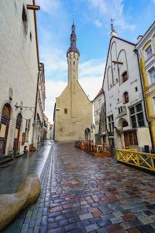 Ayuntamiento medieval con su torre alta dominando la ciudad. tallin, estonia.