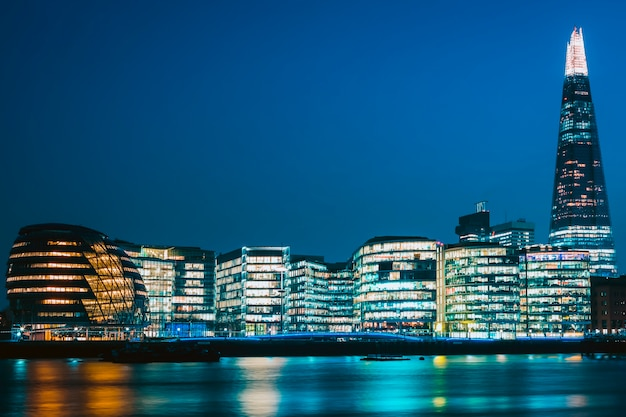 Ayuntamiento de new london en la noche.
