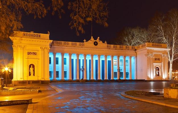 Ayuntamiento de odessa en la noche - ucrania