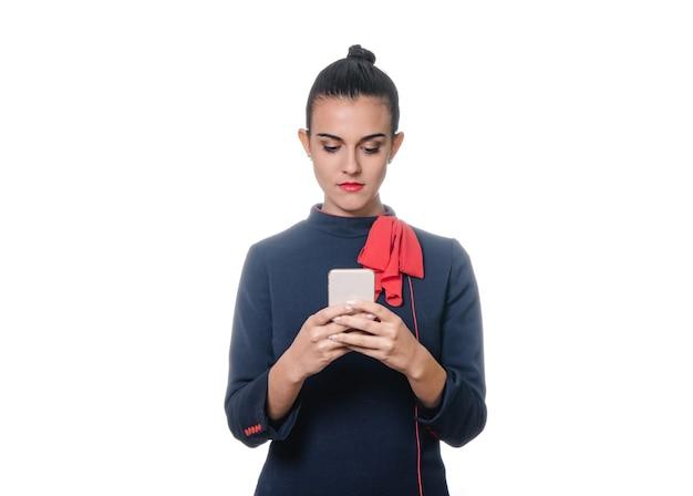 Azafata con teléfono sobre fondo blanco.