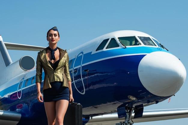 Azafata en uniforme azul