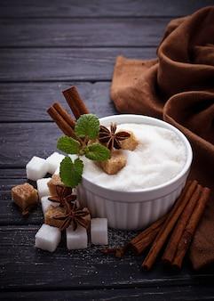 Azúcar blanco y moreno y especias.