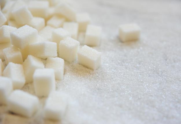 Azúcar de caña sobre fondo azucarado.