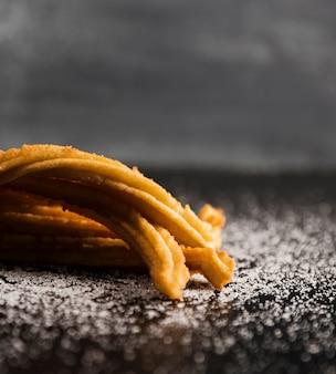 Azúcar y churros en primer plano de una mesa