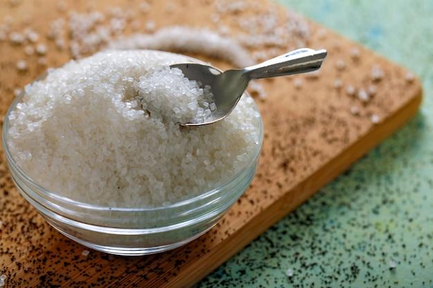 Azúcar en un recipiente de vidrio sobre fondo de madera