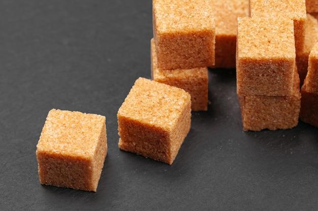 Azúcar de roca en la oscuridad de cerca