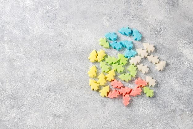 Azúcares de colores en forma de árbol de navidad.