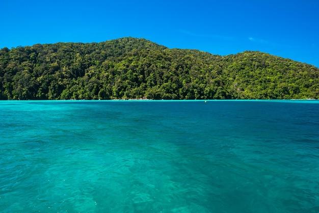 Azul y brillante superficie del agua de mar en el mar abierto, hermoso mar azul en la isla de surin, tailandia