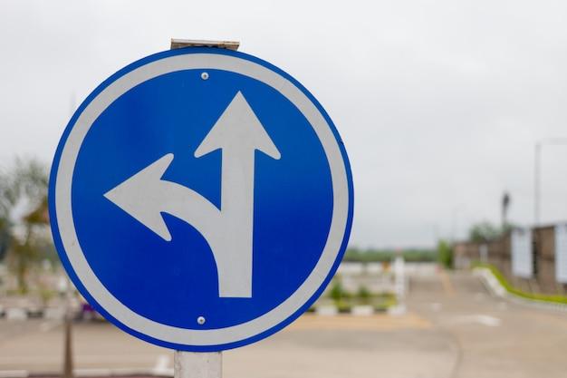 Azul tres señales separadas y desenfoque de fondo