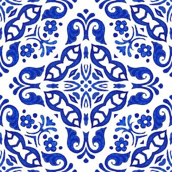 Azulejo dibujado a mano abstracto azul y blanco sin fisuras patrón de pintura de acuarela ornamental.