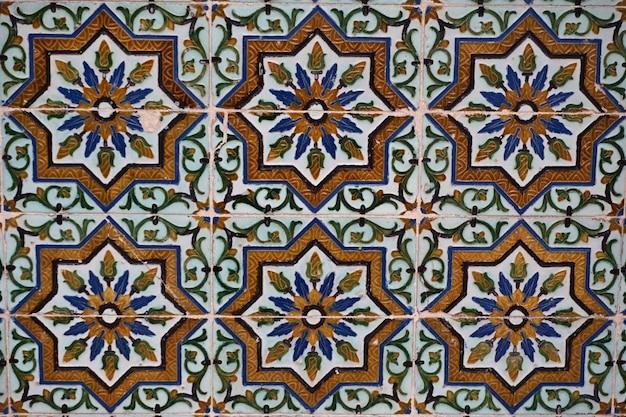 Azulejos de cerámica morisca en las paredes de un palacio. sevilla, andalucía, españa.
