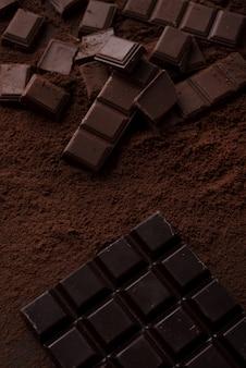 Azulejos de chocolate cubiertos de chocolate en polvo