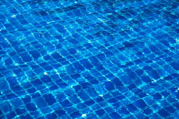 Azulejos de mosaico abstracto azul en el fondo de la piscina