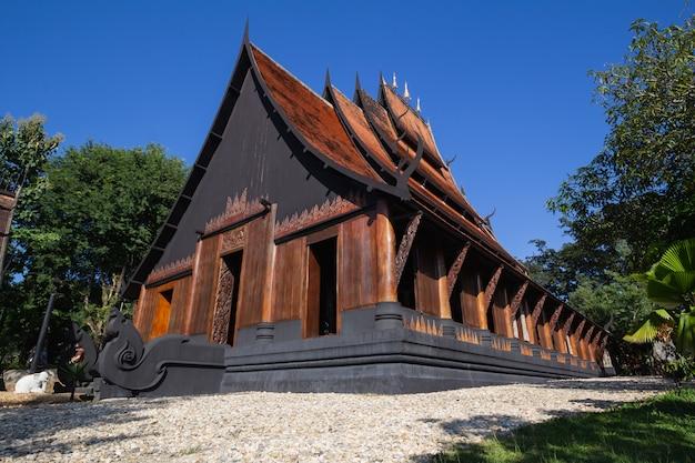 Baan dam museum black house, baan dam es el hogar del artista chiang rai, en tailandia