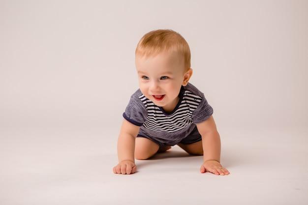 Baby boy aislado sobre fondo blanco.
