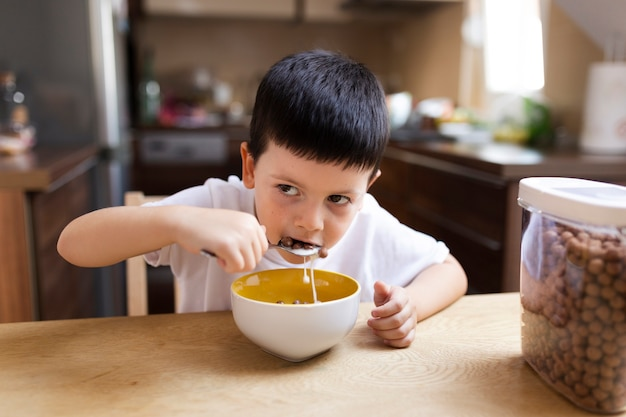Baby boy desayunando en casa