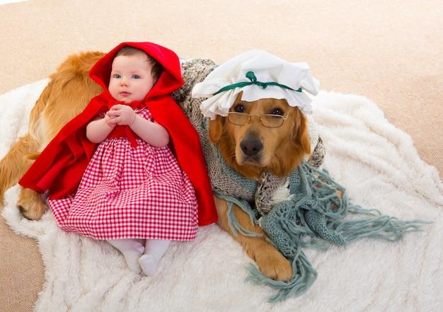 Baby little caperucita roja con lobo perro como abuela