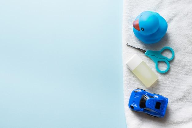 Baby shower plana sobre azul. juguetes para niños y champú.