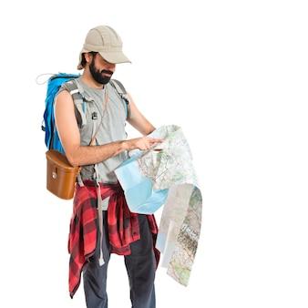 Backpacker con mapa sobre fondo blanco